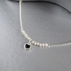 Bracelet chaîne mini perles diamantées  petit coeur serti clos noir