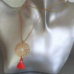 Sautoir collier disque arabesque coeurs et trèfles pompon Corail