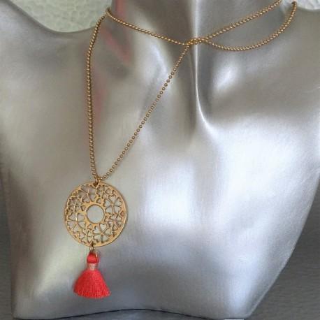 sautoir collier disque arabesque plaqué or pompon corail