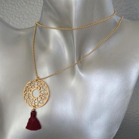 sautoir collier disque arabesque plaqué or pompon rouge foncé